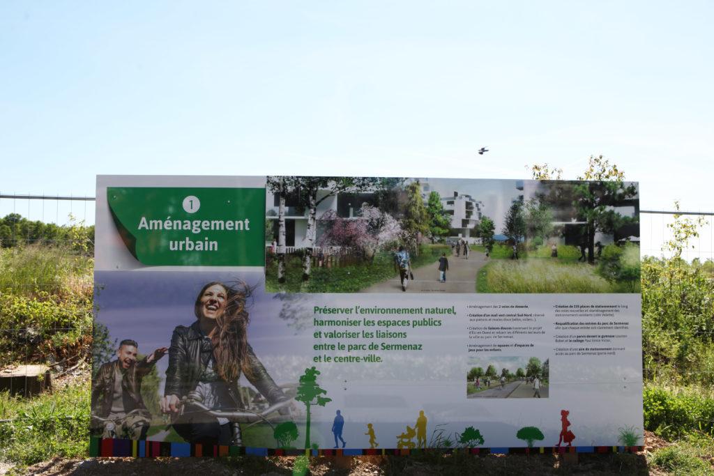 Client : SERL Réalisation : Création, conception, fabrication et pose de la palissade des Balcons de Sermenaz à Rillieux-la-Pape (69) 4 panneaux de 4x2m